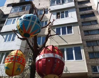 У Чернівцях мешканці багатоповерхівки прикрасили дерево гігантськими писанками