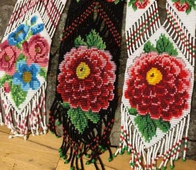 Мода на гердани ніколи не пропаде: майстрині з Чернівців створюють дивовижні прикраси з бісеру