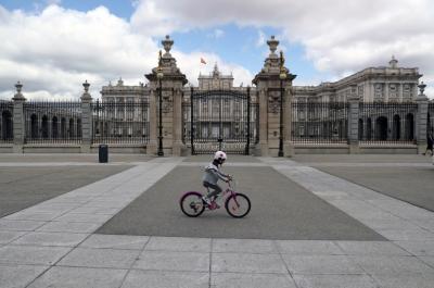 Іспанським дітям після шести тижнів ізоляції дозволили гуляти на вулиці