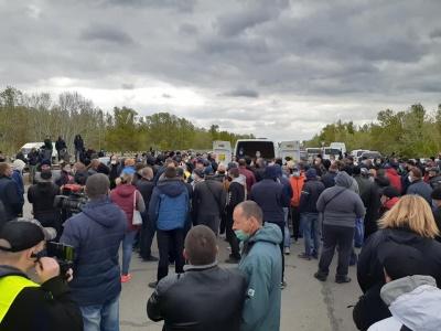 Редьку здають по 2 гривні, бо нема куди подіти: біля Херсона фермери протестують через закриття ринків