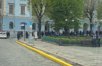 Підприємці Калинки знову пікетують Чернівецьку ОДА та міськраду – фото