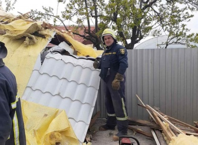 На Сокирянщині сильний вітер позривав дахи з будинків - фото