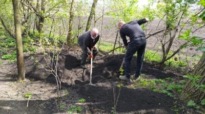 У селі на Буковині чоловік поховав померлу матір у саду біля дому