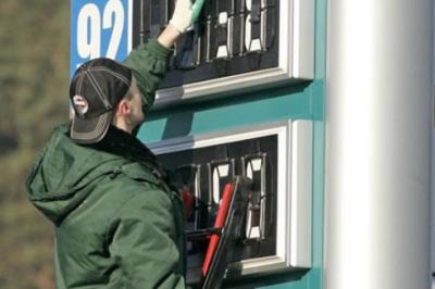 Вартість бензину на українських заправках може впасти до 16 грн за літр, - аналітик