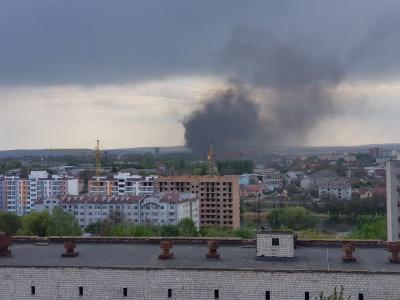 Над Чернівцями - хмара чорного диму: біля аеропорту масштабна пожежа - відео