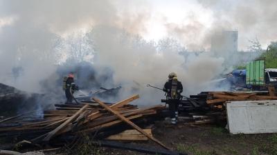 Могли вибухнути газові балони: подробиці пожежі біля аеропорту у Чернівцях - фото