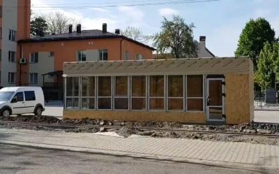 У Чернівцях біля перинатального центру «виріс» кіоск: чиновник каже, що незаконно