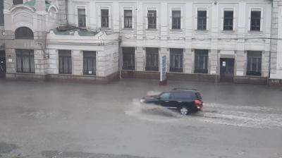 Раптова злива затопила вулиці Чернівців – відео