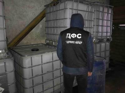 Податківці вилучили 1300 літрів спирту на фермі біля кордону з Молдовою