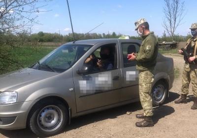 На Буковині затримали таксиста і трьох іноземців, які незаконно хотіли потрапити до Румунії