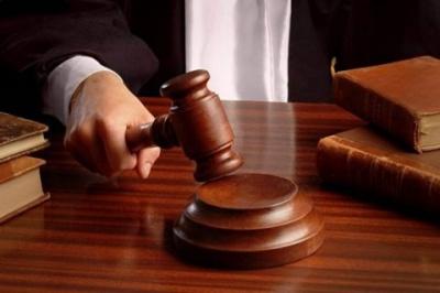 У Черкасах жінка відсудила в комунальників компенсацію за пошкоджене люком авто