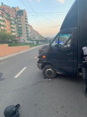 ДТП у Чернівцях: через вантажівку, що порушила ПДР, мотоцикліст опинився в лікарні – фото