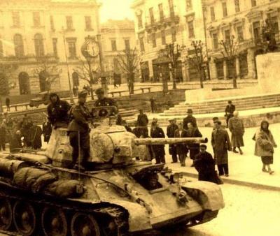Танк на Центральній площі і зруйновані будинки: як виглядали Чернівці у роки Другої світової війни