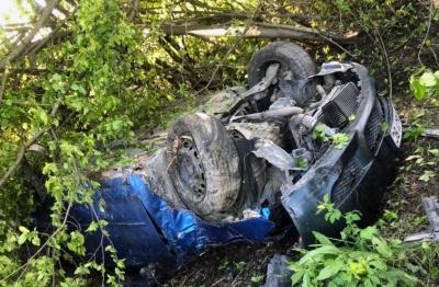На Буковині Mazda злетіла з дороги й перекинулась: двоє осіб у лікарні – фото
