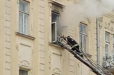 У Чернівцях горіла квартира біля драмтеатру – фото
