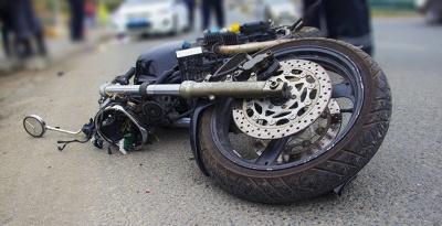На Прикарпатті мотоцикліст з Чернівців врізався у легковик: його забрала «швидка»