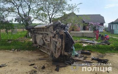 На Буковині п'яний водій фургона врізався в огорожу: троє людей у лікарні – фото