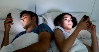 Гаджети вбивають інтим: психологиня розповіла про проблеми в спальні