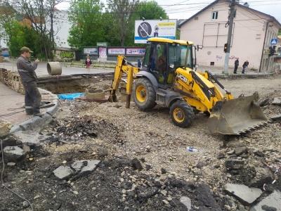 У Чернівцях розкопали вулицю Руську: робітники випробовують газопровід – фото