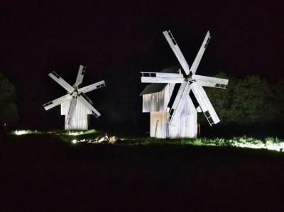 У Чернівцях підсвітили вітряки у музеї просто неба – фото