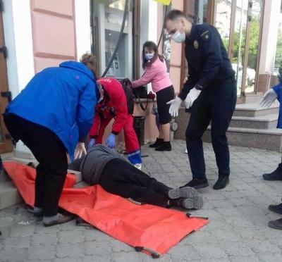 У Чернівцях посеред вулиці в чоловіка стався інфаркт: до приїзду швидкої його рятували двоє перехожих