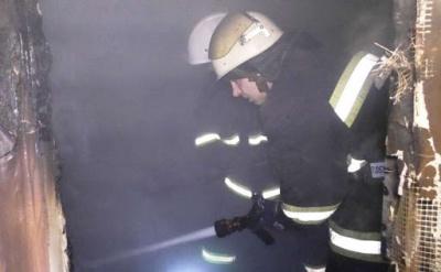Заснув із цигаркою: в Чернівцях врятували чоловіка з охопленої вогнем квартири