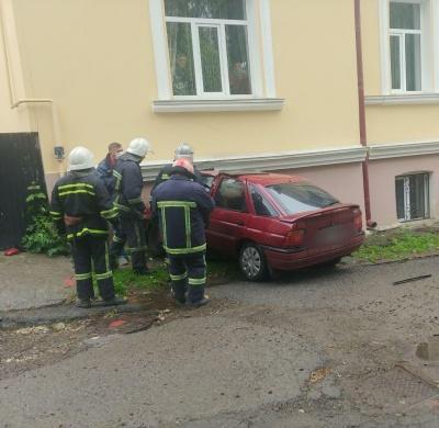 У Чернівцях легковик врізався у стіну будинку в центрі міста, є травмовані