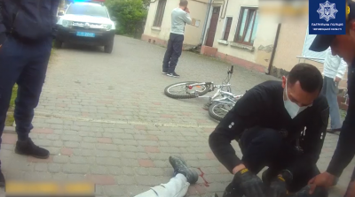 З ноги текла кров: у Чернівцях поліцейські допомогли травмованому юнаку з велосипедом