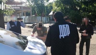 У центрі Чернівців на хабарі 2100 євро затримали прикордонника - фото