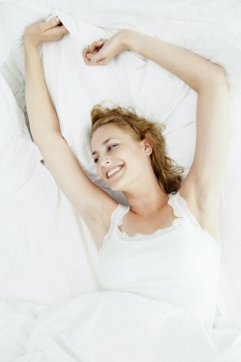 Чому спати окремо від партнера це нормально, а іноді й корисно