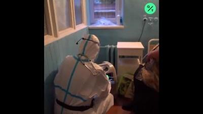 «Костюми захисту в нас від волонтерів»: Bloomberg розповів про медиків з Чернівців, які відчайдушно потребують допомоги