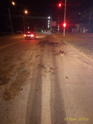 У Чернівцях на дорогу у спальному районі  висипалось 10 тонн гною
