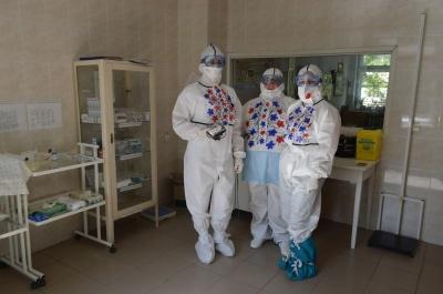 День вишиванки: в лікарні на Буковині медсестра розмалювала захисні костюми колег - фото