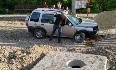 Водій був п'яний: у поліції розповіли, як у Чернівцях Land Rover протаранив бетонний блок – фото
