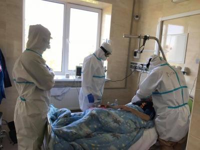 """Дежурила в  """"красной зоне """": журналистка побывала в больнице, где лечат больных COVID-19"""