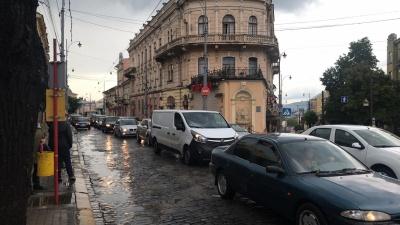 Чернівці через зливу стоять у заторах - фото