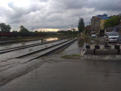 Злива затопила залізничний вокзал у Чернівцях - фото