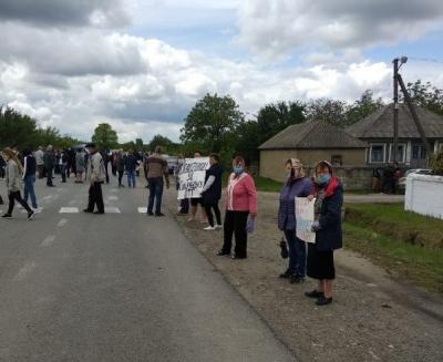 Не хочуть до Новодністровської ОТГ: жителі Ломачинців перекрили дорогу