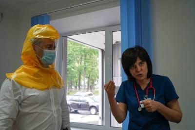 Волонтери створюють захисні шоломи для чернівецьких лікарів: як долучитись до допомоги