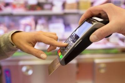 Здійснив десяток покупок: студент-іноземець привласнив банківську картку буковинця