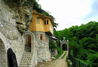 Невідома Буковина: неймовірний монастир, розміщений у скелі