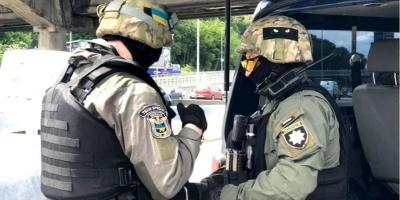 У Києві чоловік з пакетом погрожує підірвати міст - відео