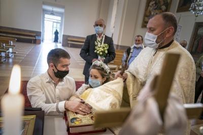 Как в Черновцах венчают пары во время карантина: репортаж американских журналистов
