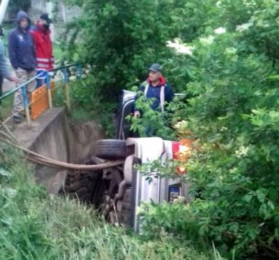 На Буковині авто з нетверезим водієм впало з містка - фото