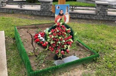 «Закинута й забута»: відомий автогонщик обурився через стан могили буковинця Каденюка