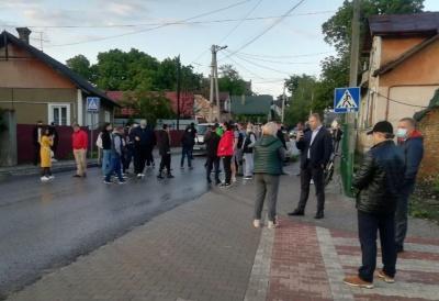 У Чернівцях група людей перекрила рух транспорту на вулиці Винниченка