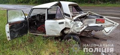 У селі на Буковині бус врізався у ВАЗ: один з водіїв у лікарні - фото