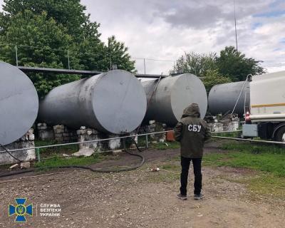 На Буковині викрили фірму, яка підробляла пальне та отруїла водойму