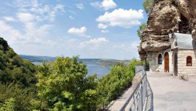 Озеро «без дна» і монастир у скелі: малолюдні куточки Буковини, куди можна поїхати влітку