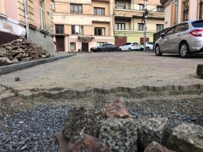 «Урвався терпець»: відомий режисер взявся самостійно ремонтувати розбиту вулицю в центрі Чернівців